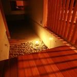 夜は 間接照明で効果的に演出