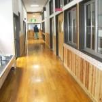 細長い廊下にも地元の杉材を利用