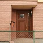 欧米風の印象的な木質ドア