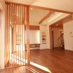 西日もやわらぐ木製スリット壁