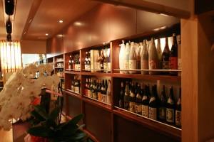 大量の名酒を並べた米松棚の背面には間接照明